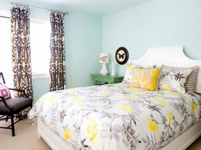 schlafzimmer gestalten hellgrüne wandfarbe bettwäsche florales muster gardien