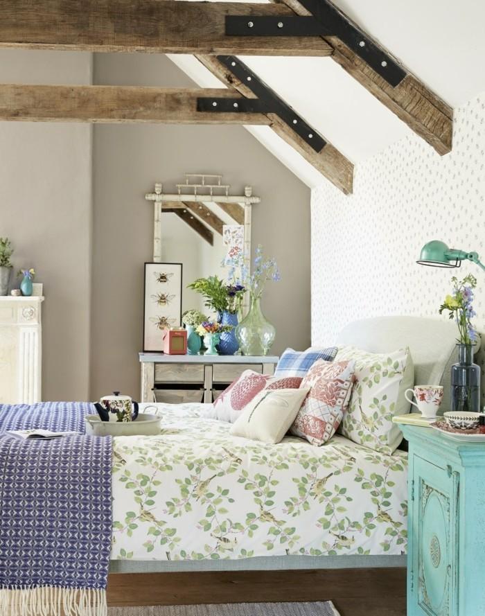 schlafzimmer gestalten wunderschöne bettwäsche dekokissen holzbalken