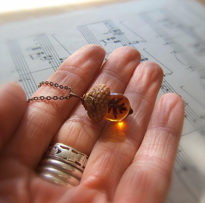schmuckanhanger eichel handmade herbst recycled glas