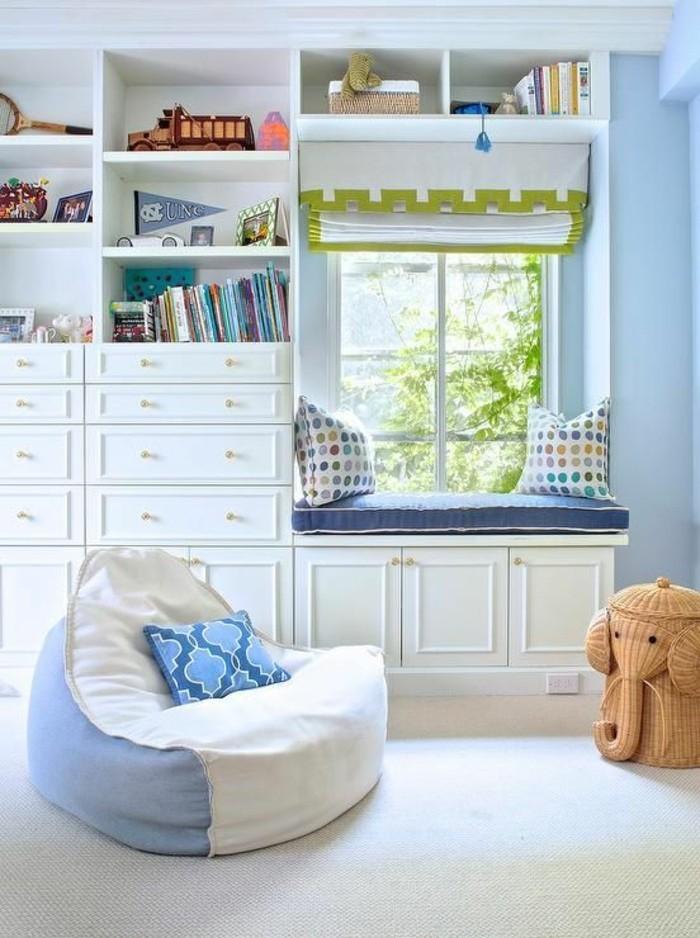sitzsack wohnideen kinderzimmer blaue wände teppichboden bücher raffrollo