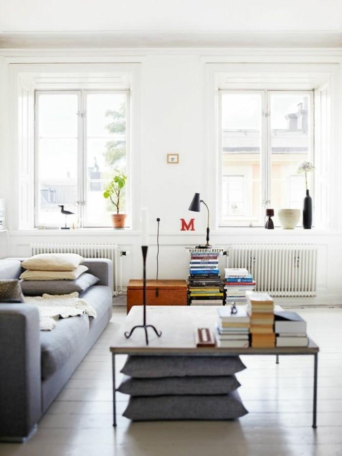 skandinavisch einrichten wohnzimmer design graues sofa dekokissen bücher