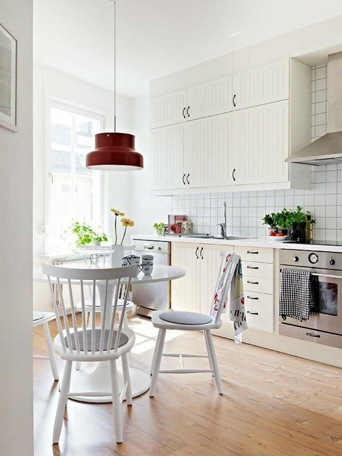 skandinavisch wohnen küche runder esstisch holzboden pflanzen