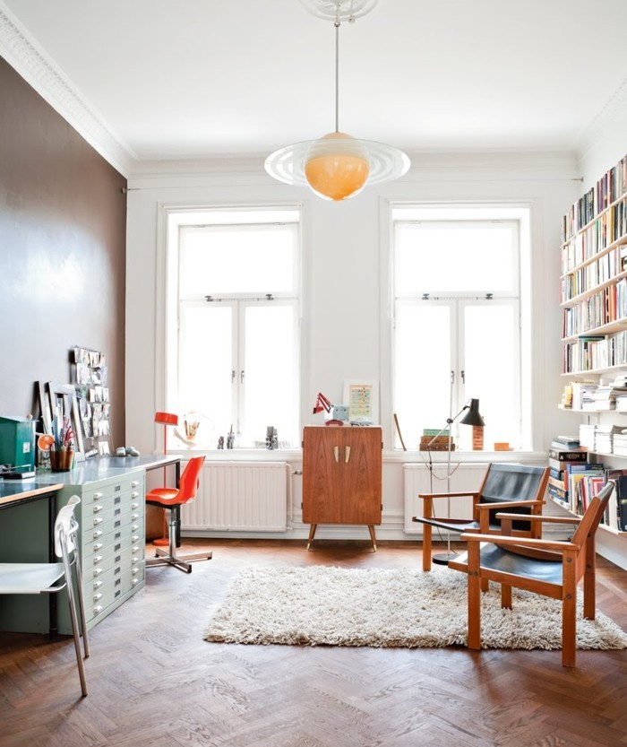 skandinavisch wohnen wohnzimmer wohnideen ausgefallener leuchter teppich hellgrüner schrank