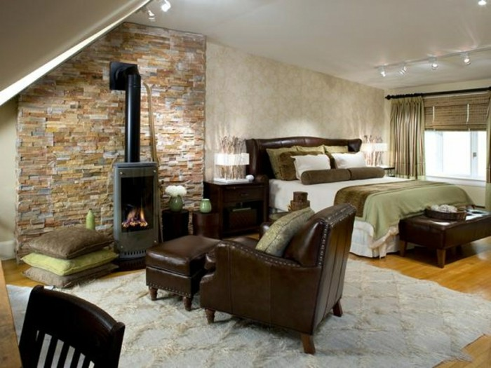 wandgestaltung ideen schlafzimmer steinwandkamin heller teppich bodenkissen