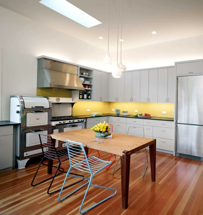 wohnideen küche gelbe küchenruckwand mosaik moderne küchenstühle