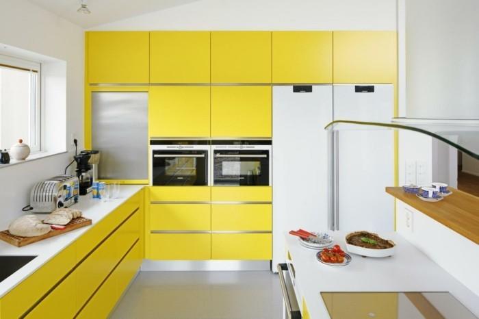 wohnideen küche gelbe küchenschränke kleine küche einrichten dachschräge