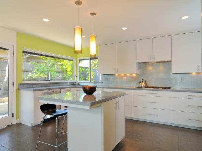 wohnideen küche grüne akzentwand weißes ambiente