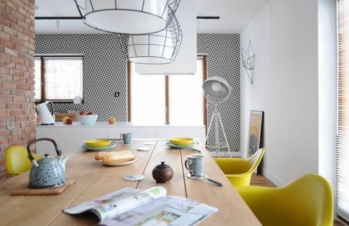 wohnideen küche holztisch gelbe stühle ziegelwand
