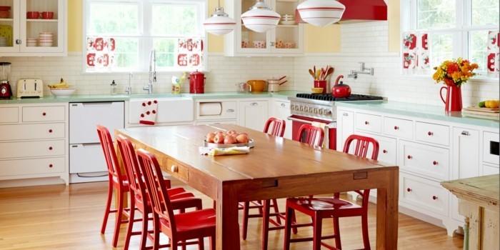 wohnideen küche rote akzente holztisch hellgelbe wandfarbe