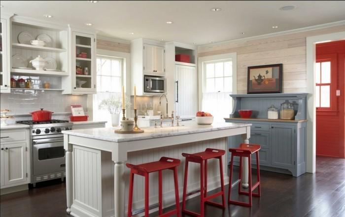 wohnideen küche rote barhocker weiße küchenmöbel einbauleuchten dunkler boden