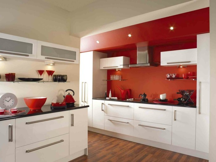 wohnideen küche rote küchenrückwand weiße küchenschränke