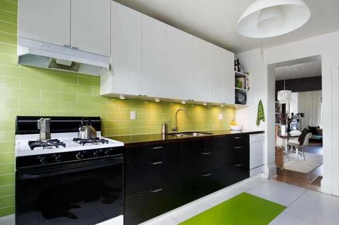 wohnideen küche schwarze weiße küchenschränke grüner teppichläufer