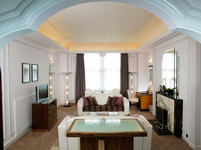 wohnung einrichten ideen wohnideen wohnzimmer kamin weiße sofas art deco