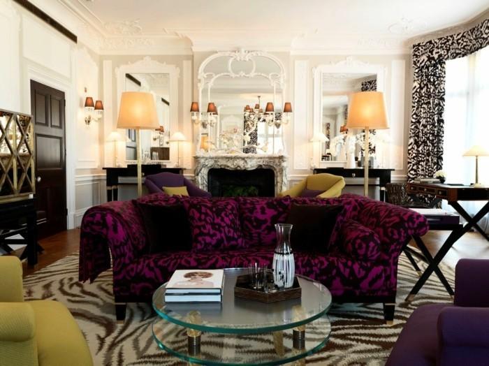 wohnung einrichten ideen wohnzimmer eklektischer stil lila sofa runder glastisch