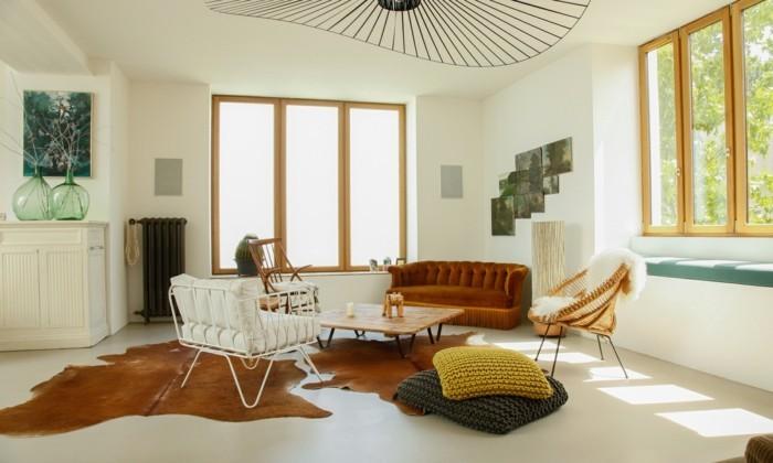 wohnung einrichten ideen wohnzimmer fellteppich helle wände bodenkissen