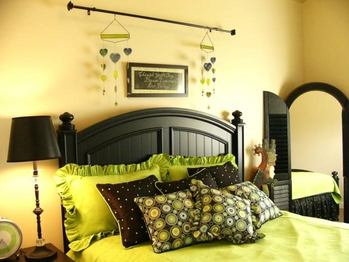 wohnungseinrichtung hellgelbe wände dekokissen schwarze möbel