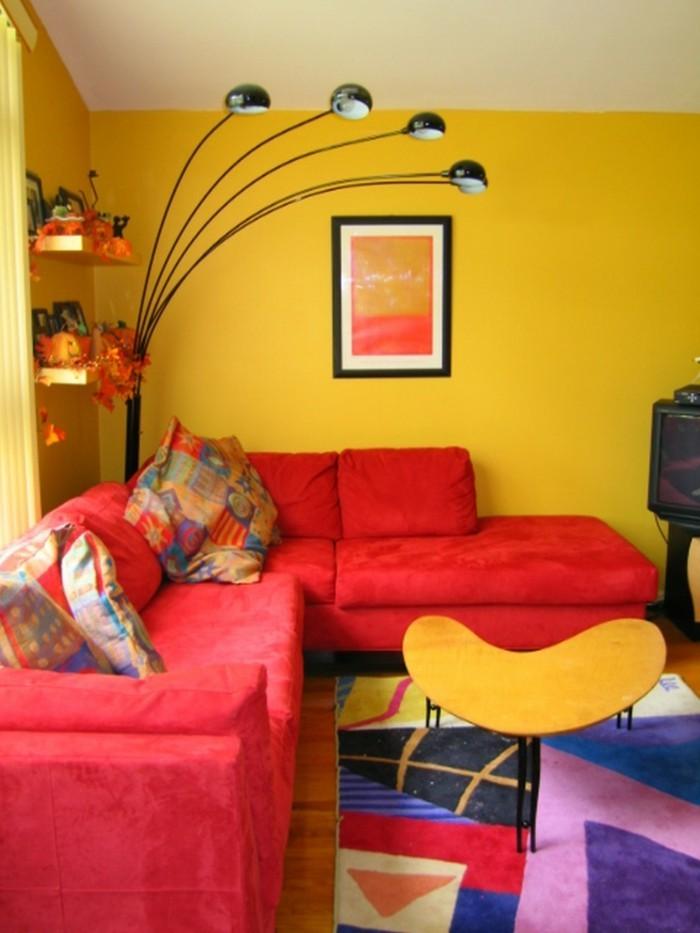 wohnzimmer hellgelb:wohnungseinrichtung wohnzimmer rotes sofa gelbe wände coole stehlampe