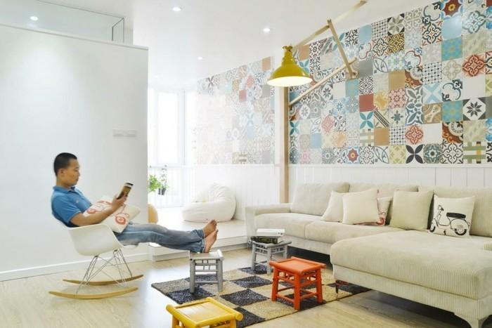 wohnungsgestaltung wohnzimmer dekokissen teppich farbige hocker schaukelstuhl