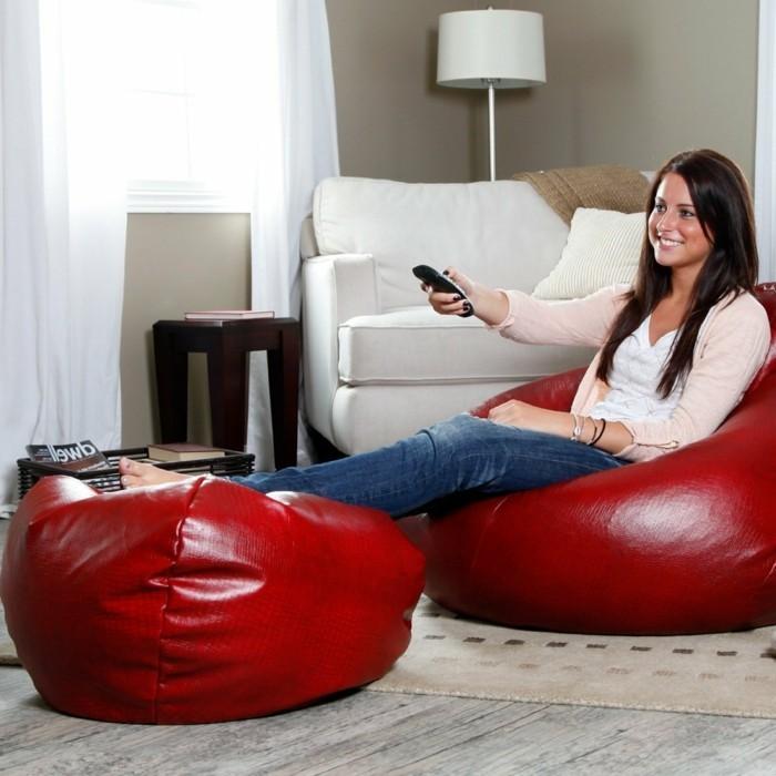 wohnzimmer einrichten sitzsäcke rot fernsehen