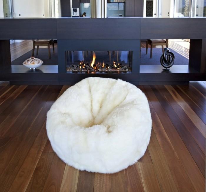 wohnzimmer einrichten weiß sitzsäcke bequem moderne feuerstelle