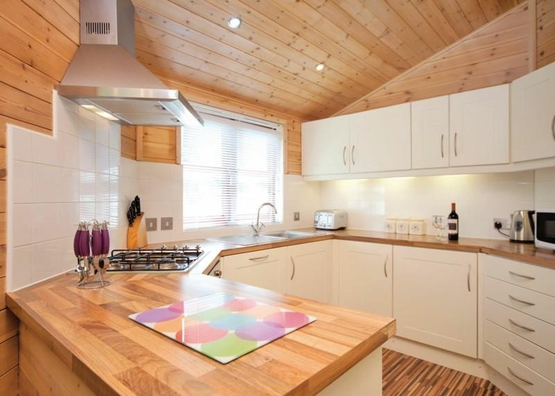 lärchenholz vorteile kuchenmobel kuchenarbeitsplatte holz zimmerdecke
