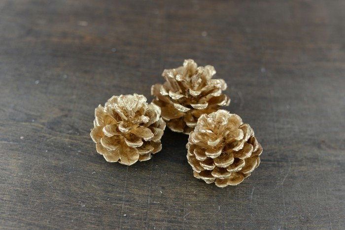 diy deko zapfen golden farben stilvolle herbstdeko