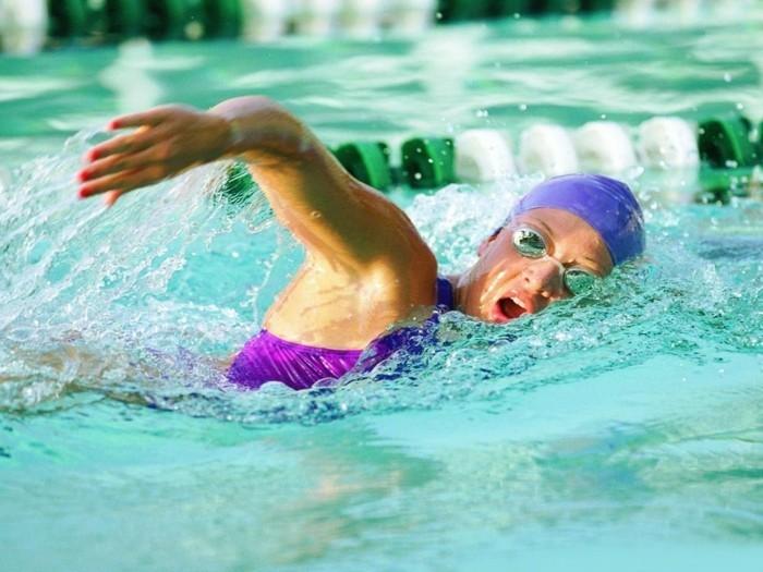 gesund abnehmen tipps sport treiben schwimmen