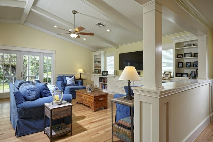 hausrenovierung bodenbelag helles parkett couchtisch beistelltisch blaue polstermobel sofa sessel