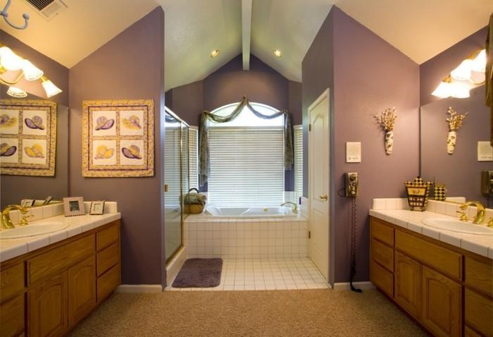 hausrenovierung bodenbelag teppich badezimmer eingebaute badewanne wandfarbe lila