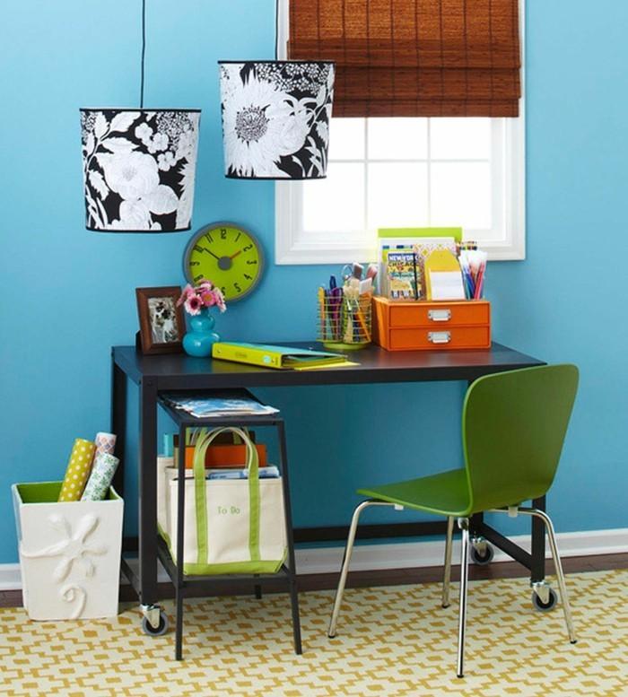 home office einrichten kleinen raum organisieren blaue wand grüne akzente