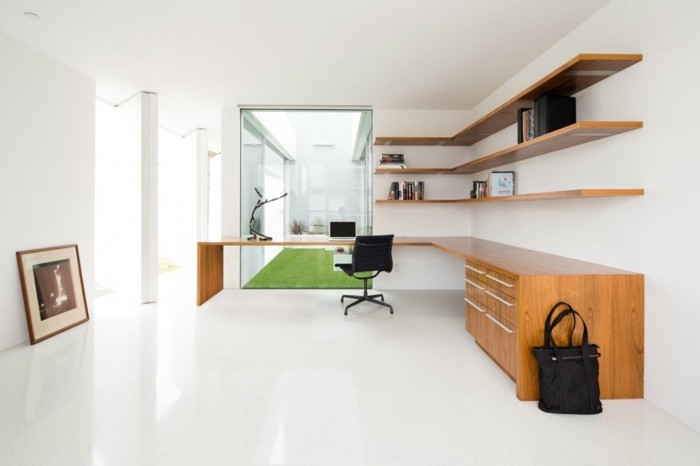 home office einrichten minimalistisch weißer boden offene wandregale