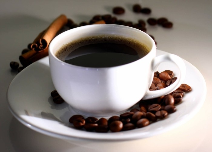 ist kaffee gesund bohnenkaffee zimtstange kaffeebohnen porzellan