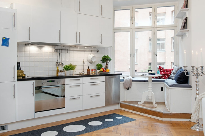 küchen ideen essbereich teppichläufer weiße küchenschränke pflanzen
