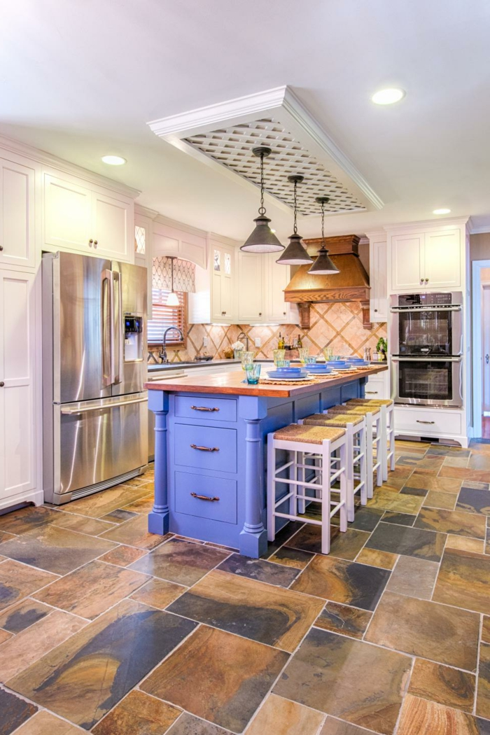 küchen ideen lila kücheninsel bodenfliesen barhocker