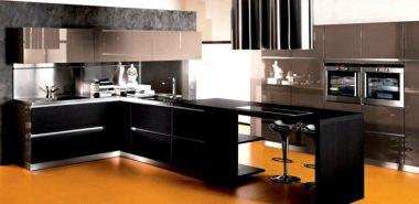 kuchengestaltung-dunkles-holz-hochglanz-kuchenfronten-gelber-fusboden