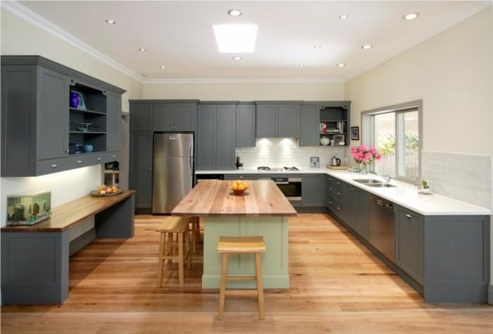 küchengestaltung klassischer wohnstil graue kuchenschranke helles holz kucheninsel