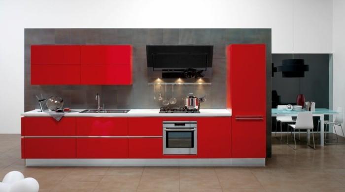 küchengestaltung rote kuchenschranke graue kuchenruckwand esstisch glas