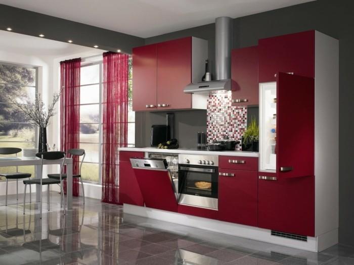 küchengestaltung weinrote kuchenschranke kuchenzeile matt bodenfliesen hochglanz granit