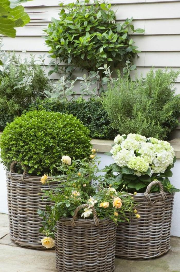 landhausmoebel einrichtung landhausstil topfpflanzen korb flechtmobel