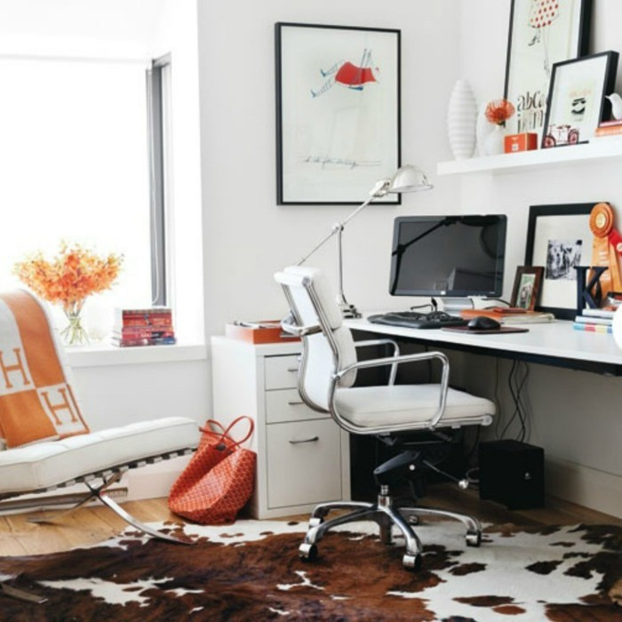 moderne inneneinrichtung home office kuhfellteppich offene regale