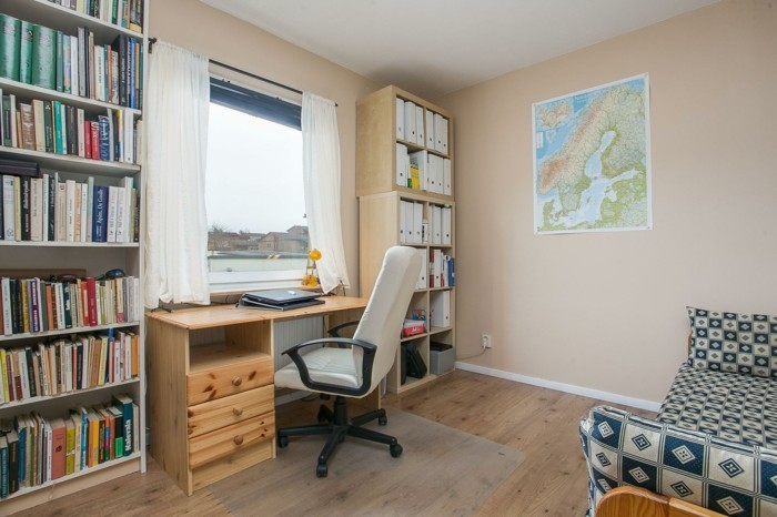 moderne inneneinrichtung kleines home office bücherregale hellbeige wandfarbe