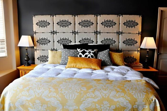 schlafzimmer gestaltung dekokissen bettkopfteil stoffmuster dunkle schlafzimmerwand