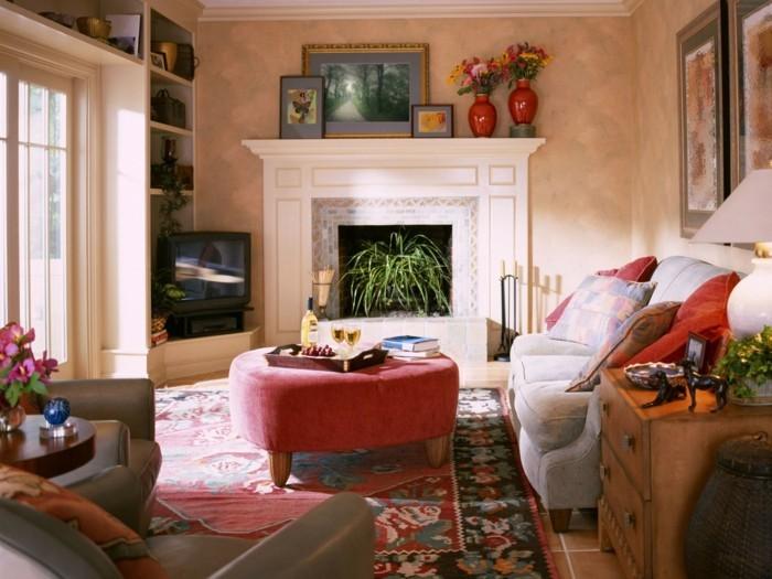 wohnideen-wohnzimmer-feng-shui-pflanzen-teppichmuster-kamin.jpg - Wohnzimmer In Orange Braun Und Teakholz
