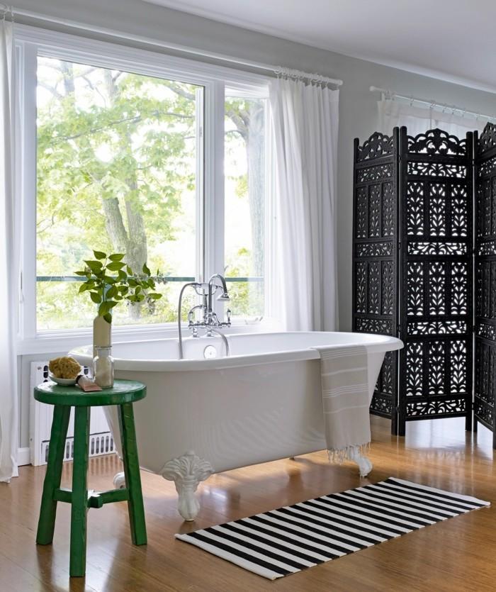 badezimmer gestalten streifenteppich badewanne gruener beistelltisch