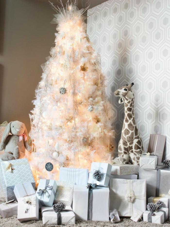 inneneinrichtung wohnzimmer weihnachten schoener weihnachtsbaum helle tapete viele geschenke