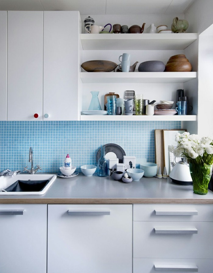 kuechengestaltung weisse kuechenschraenke blaue mosaik