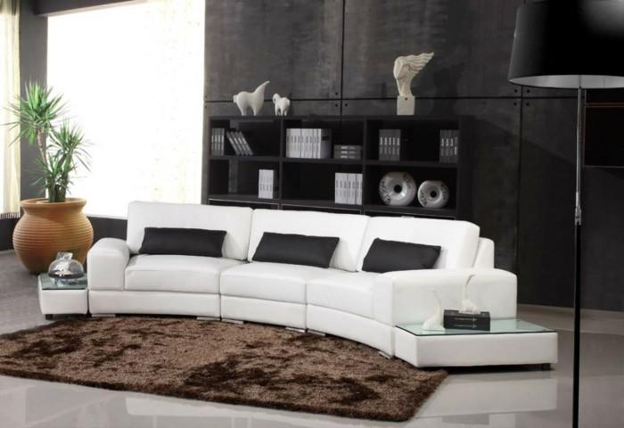 moderne sofas gepolstert ledercouch weiss schwarze kissen brauner teppich stehlampe