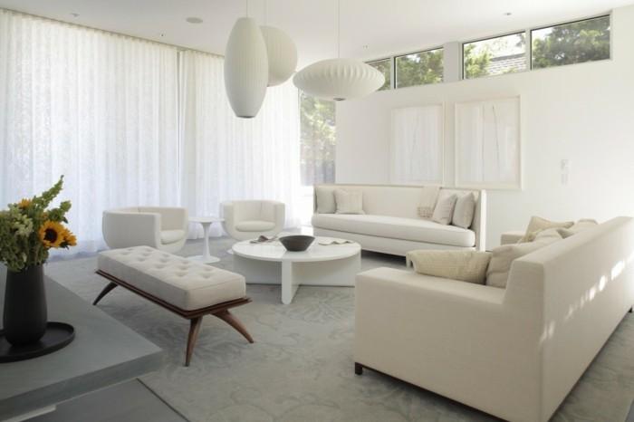 moderne sofas weisse wohnzimmermoebel teppich luftige gardinen