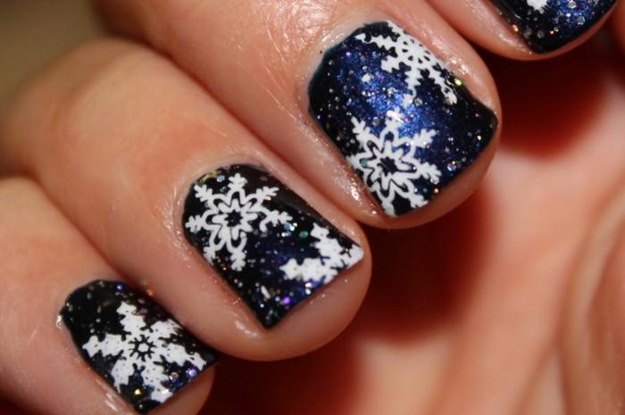 nageldesign winter weihnachtsmotive festliche fingernaegel blau