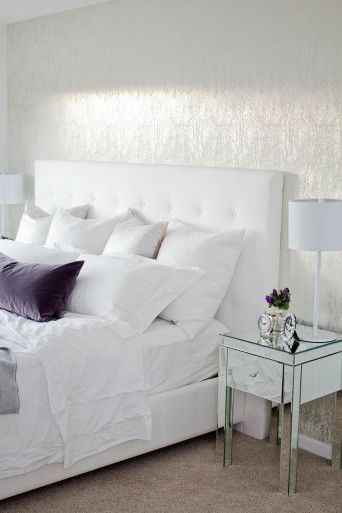 schlafzimmergestaltung weisse bettwaesche teppichboden lila akzente
